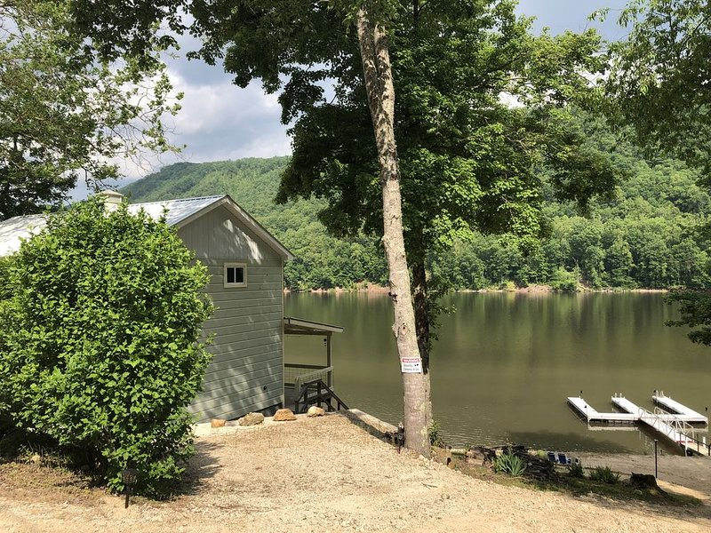 Cozy 2/3 house with private boat dock on the beautiful Watauga Lake in NE Tenn., alquiler vacacional en Mountain City