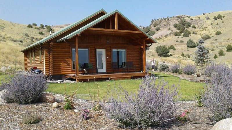 Yellowstone - Montana Cabin Retreat Sage Cabin - Beauty of Paradise Valley!, holiday rental in Emigrant