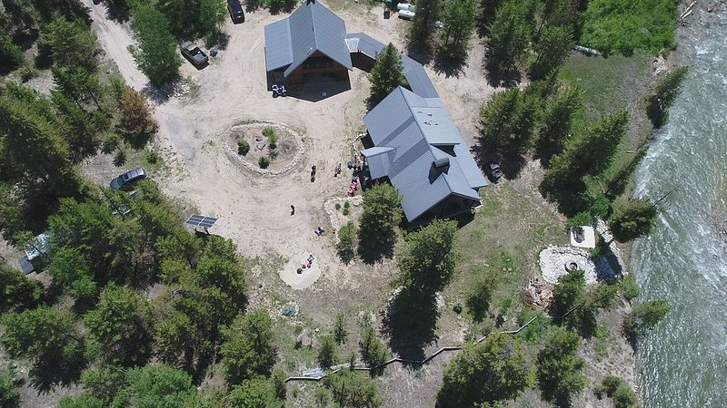 River cabin surrounded by national forest, alquiler vacacional en Atlanta