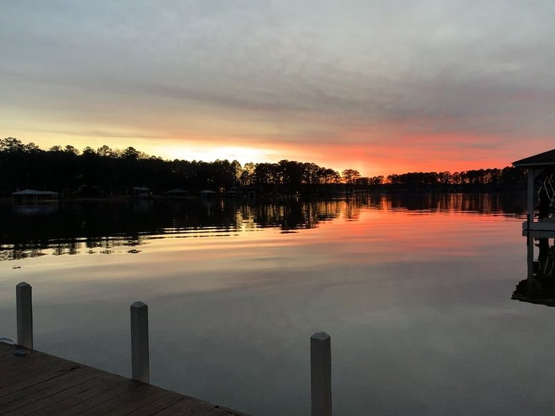 Lake Gaston Family Home w/ Dock Bar & Private Sandy Beach!, location de vacances à Henrico