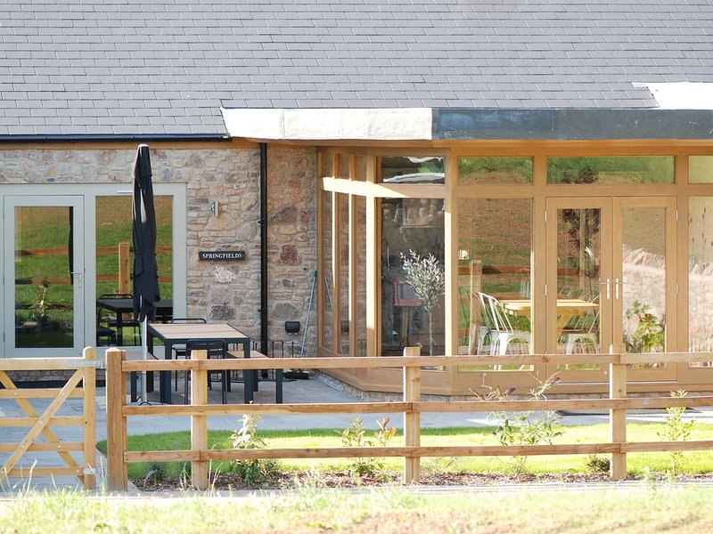 Luxury House With Indoor Pool And Spa Facilities, holiday rental in Pilton