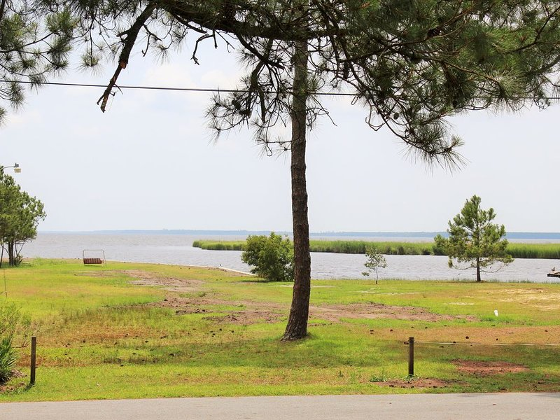 Exceptional Pungo River waterview. Walk or bike ride to town., holiday rental in Belhaven