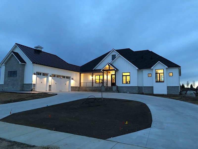 Spacious brand new executive home, vacation rental in Lafayette