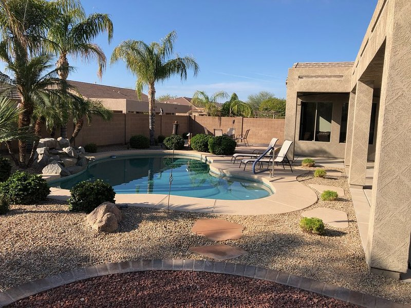 Newly updated 5 Bedroom home with private heated pool in Mesa, casa vacanza a Apache Junction