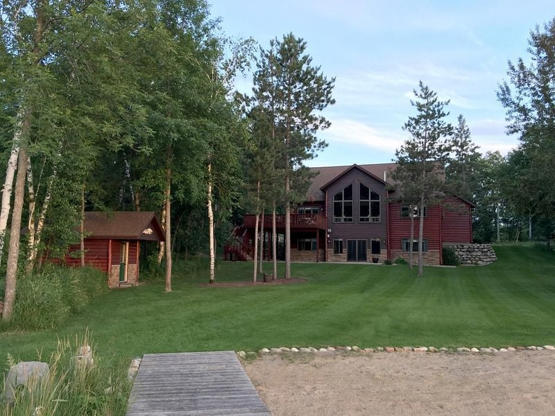 Luxury Lake Front Cabin on Ossawinnamakee /Optional use of 2019 23 ft Pontoon, aluguéis de temporada em Pequot Lakes