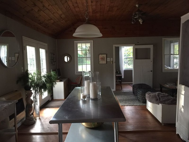 Secluded Charming Cottage in the Woods (Skiing, Casino, Relaxation), casa vacanza a Pocono Pines