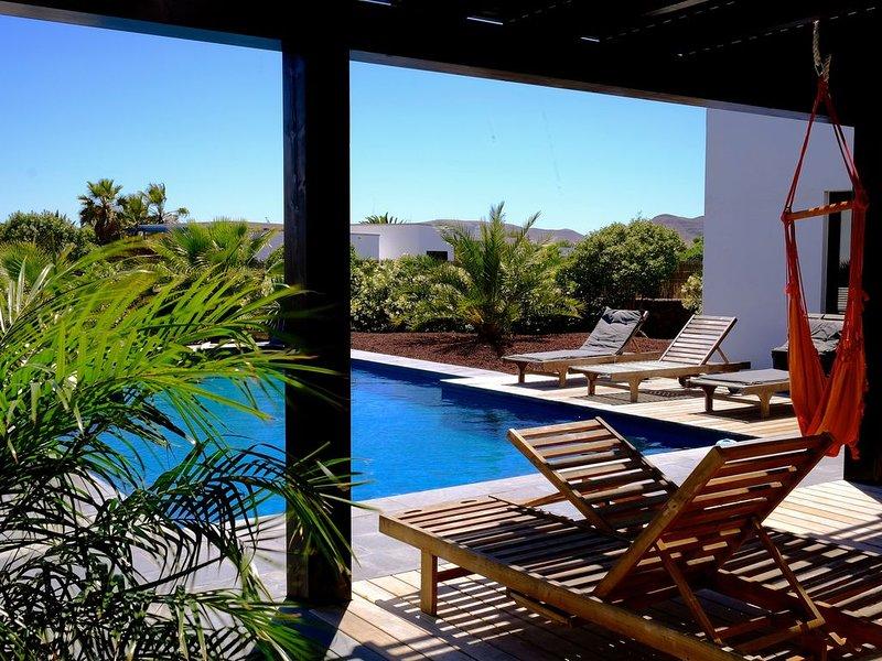 Superbe villa  avec piscine à 10 minutes à pieds du centre de Lajares, holiday rental in Lajares