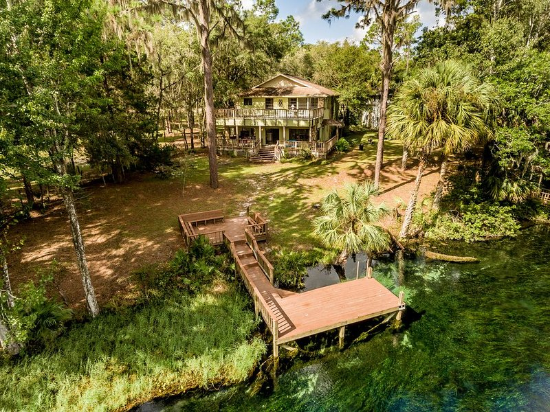 Riverfront Vacation Home on Rainbow River with Dock, location de vacances à Dunnellon
