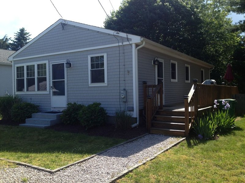 Walk to Greenhill Pond from this three bedroom charming ranch. Includes assoca, casa vacanza a Charlestown