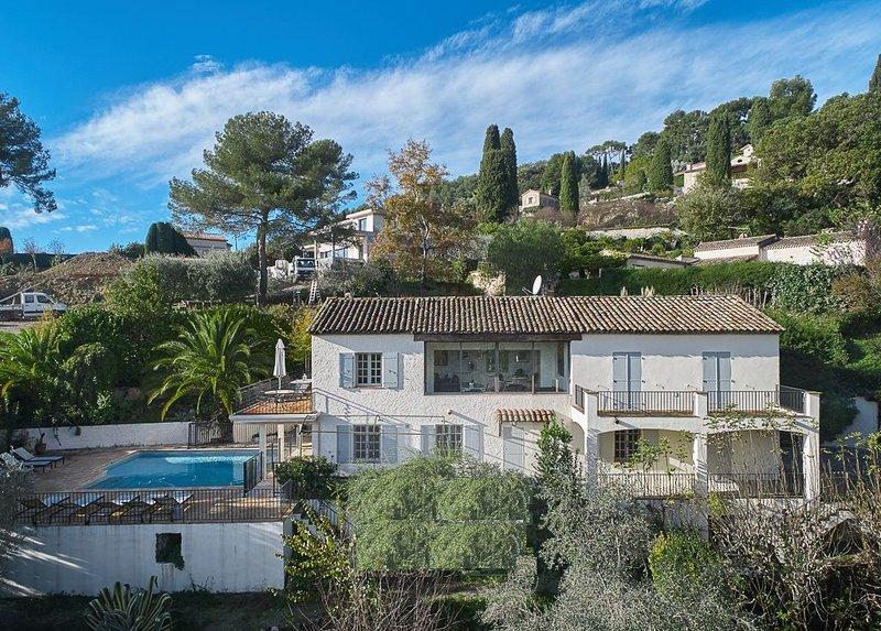 Spacious detached Provencal villa with stunning views of St Paul de Vence, alquiler vacacional en La Colle-sur-Loup