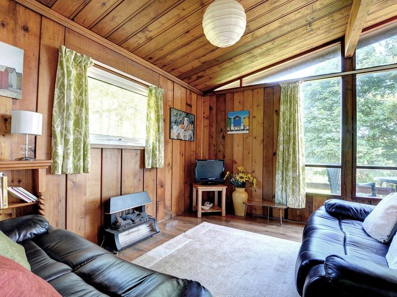 A detached cedarwood lodge located on the hillside within 130 acres of private D, location de vacances à Broad Haven