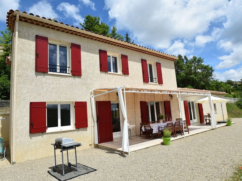 Pleasing Villa in Artignosc-sur-Verdon with Swimming Pool, location de vacances à Saint-Laurent du Verdon
