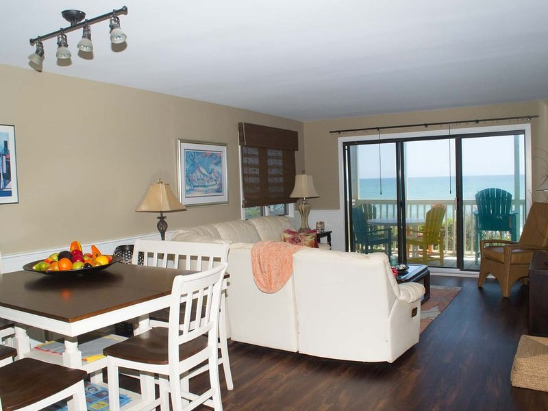 Recently Renovated Oceanfront Condo in Beacon's Reach!, casa vacanza a Newport