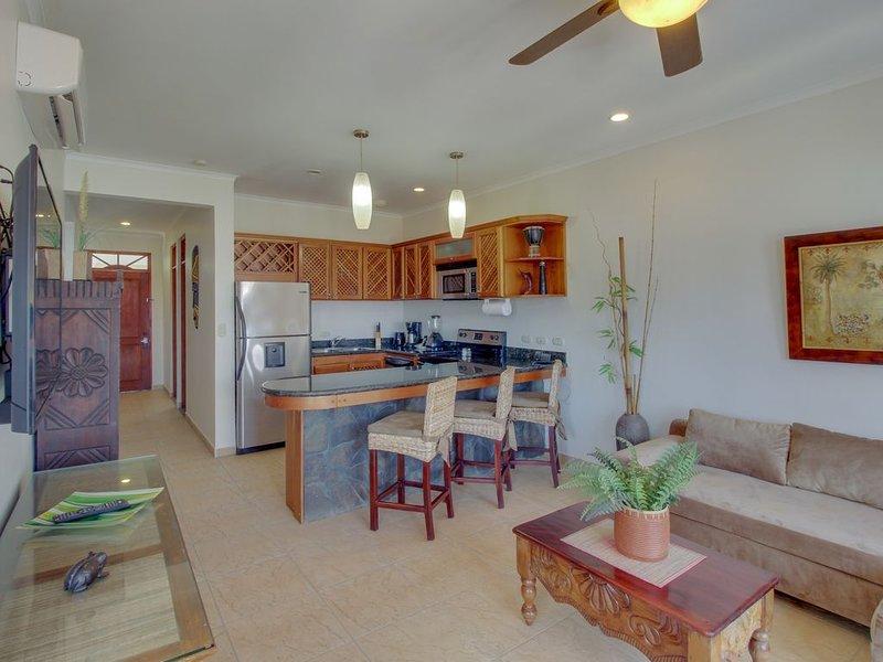 Stylish, waterfront apartment w/ shared pools & location near beach, casa vacanza a Jaco