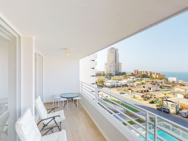 Family apartment w/ panoramic ocean views, shared pool, grill & more, location de vacances à Concon