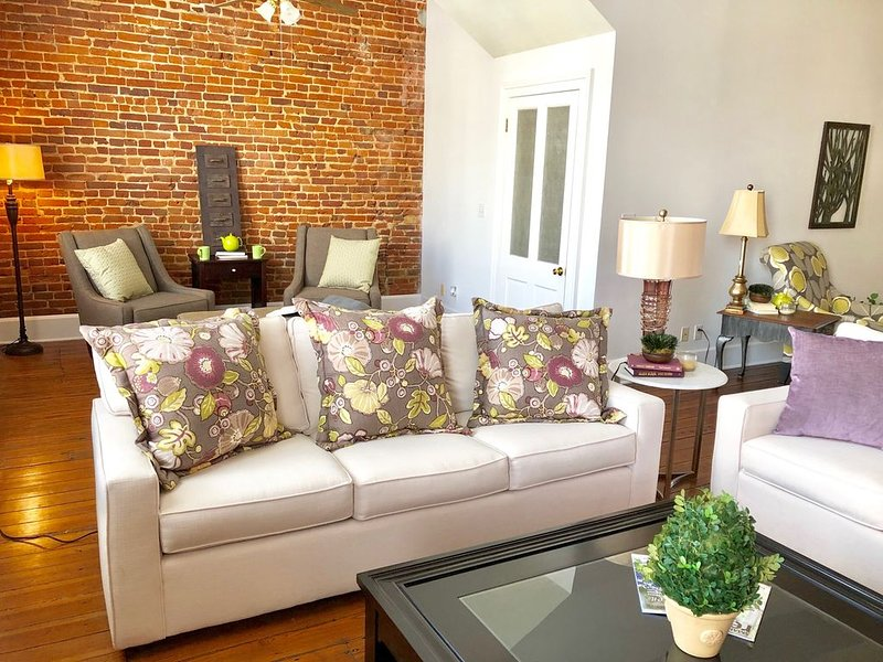 Beautiful Apartment in the Center of Historic Downtown Brenham, holiday rental in Brenham