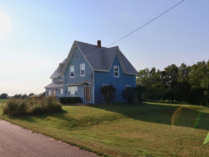 Large & Newly Renovated 5 Bedroom Countryside Home, Only 15 Minutes From Summers, holiday rental in Summerside