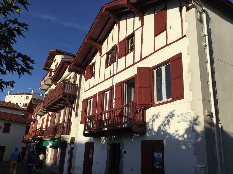 COEUR VILLAGE - A 100 m Saint Jean de Luz PORT - PLAGES : Balcon + WIFI +.Garage, location de vacances à Ciboure