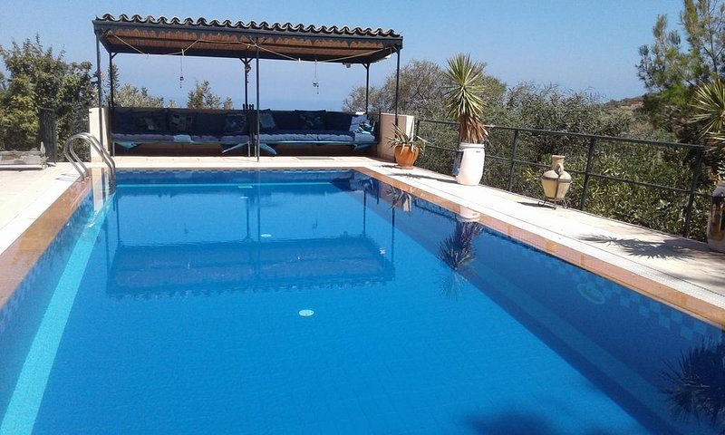 Lovely secluded, spacious villa at top of Ilgaz mountain village. Private pool., location de vacances à Edremit (Trimithi)