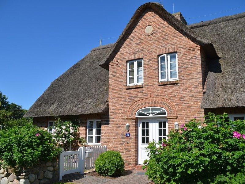 4 Sterne Reetdachhaushälfte mit großem Garten im Dorfkern von Süderende, casa vacanza a Foehr