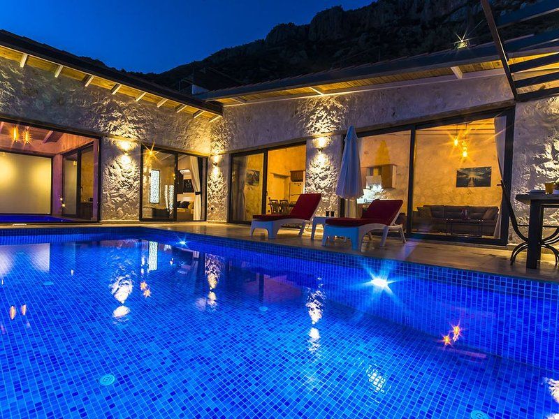 Honeymoon Villa with Totally Private Outdoor Pool, Heated Indoor Pool & Views, holiday rental in Bezirgan