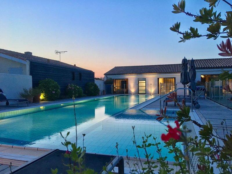 Luxueuse villa d'architecte 350 m2, piscine splendide (20x5m), salle de cinema, holiday rental in Sainte Marie de Re