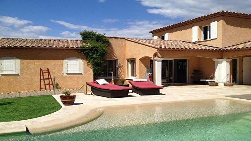 Villa de grand standing dans l'arrière pays Varois, holiday rental in La Verdiere