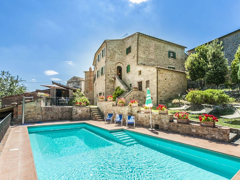 A Lovely Histroric Villa - Very Spacious Bedrooms, Private Pool,   Perfect for 6, holiday rental in La Strada-Santa Cristina