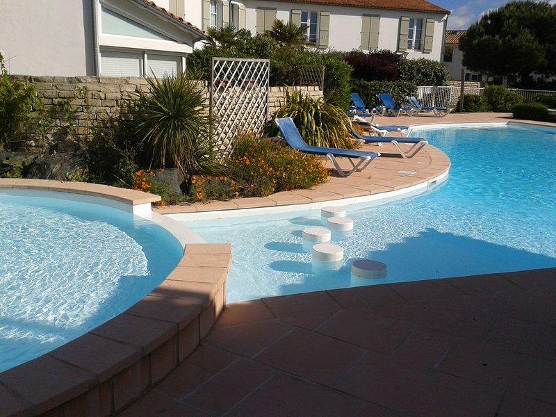 Appartement de charme à 200 m de la plage avec jardinet dans rés. avec piscine, holiday rental in Loix