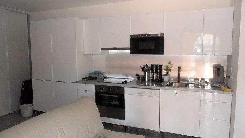 Appartement neuf en plein centre de Ste Maxime à 30m de la plage du centre., holiday rental in Sainte-Maxime