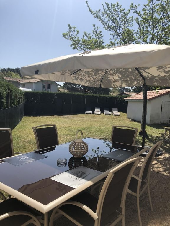 Extérieur cloturé, avec salon de jardin, bain de soleil, barbecue...