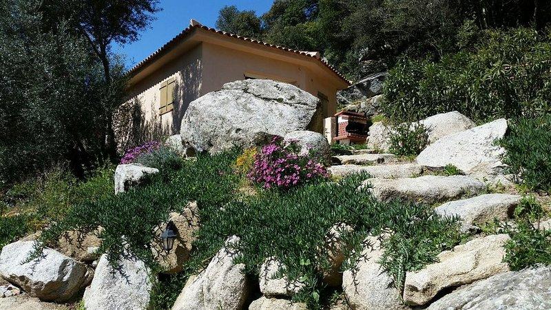 Maison entre les rochers magnifique vue sur les montagnes - Proche Figari, vacation rental in Figari