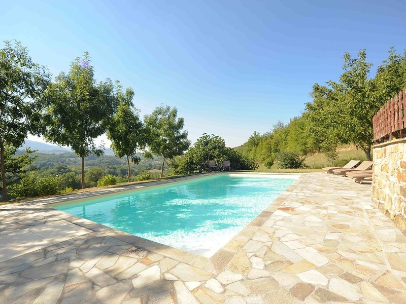 Villa with Private Pool & Stunning Views On The Mountains Of Monte Sibellini, holiday rental in Montefortino