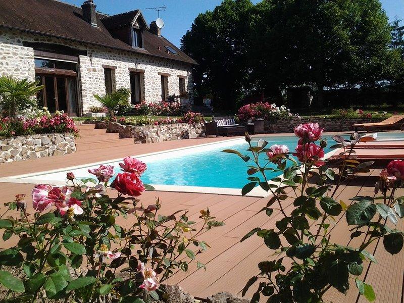 BELLE LONGÈRE EN PIERRES AU CALME AVEC PISCINE CHAUFFEE à 800m du centre, vacation rental in Chateau-Chervix