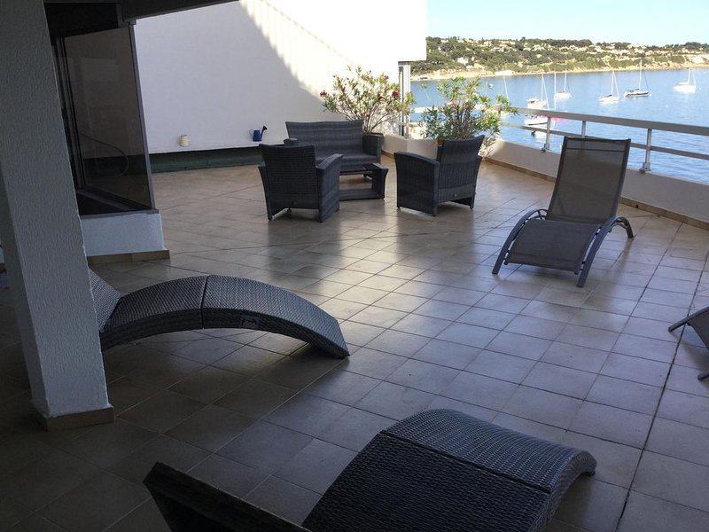 RARE: FRONT de MER Duplex T4 bandol avec terrasse 80m2, aluguéis de temporada em Bandol