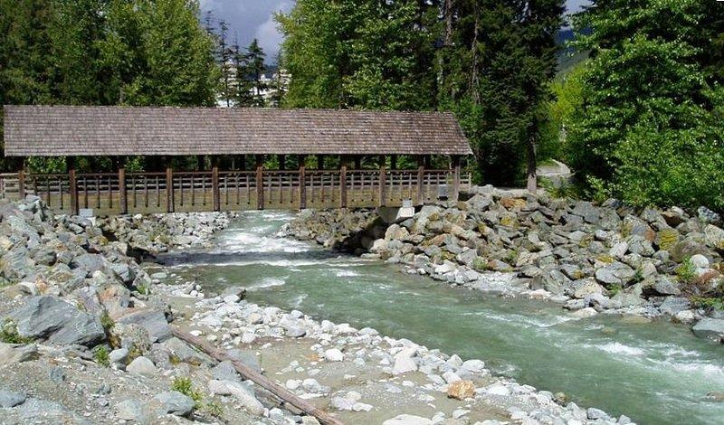Whistler Village ligger bara en kort promenad via den täckta bron