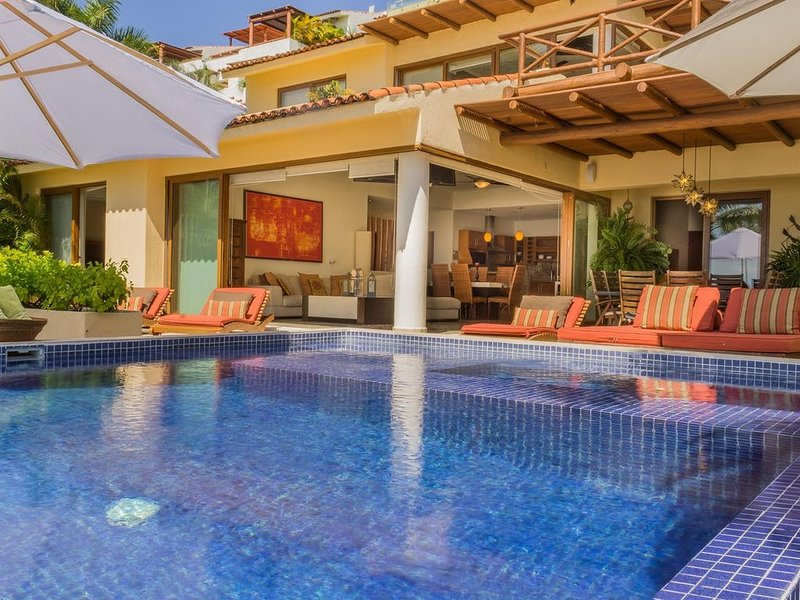 Luxury Oceanfront Villa in Punta Esmeralda with Gorgeous View!, location de vacances à Bucerias