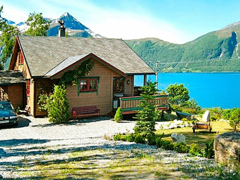 4 star holiday home in HUNDEIDVIK, holiday rental in Sykkylven Municipality
