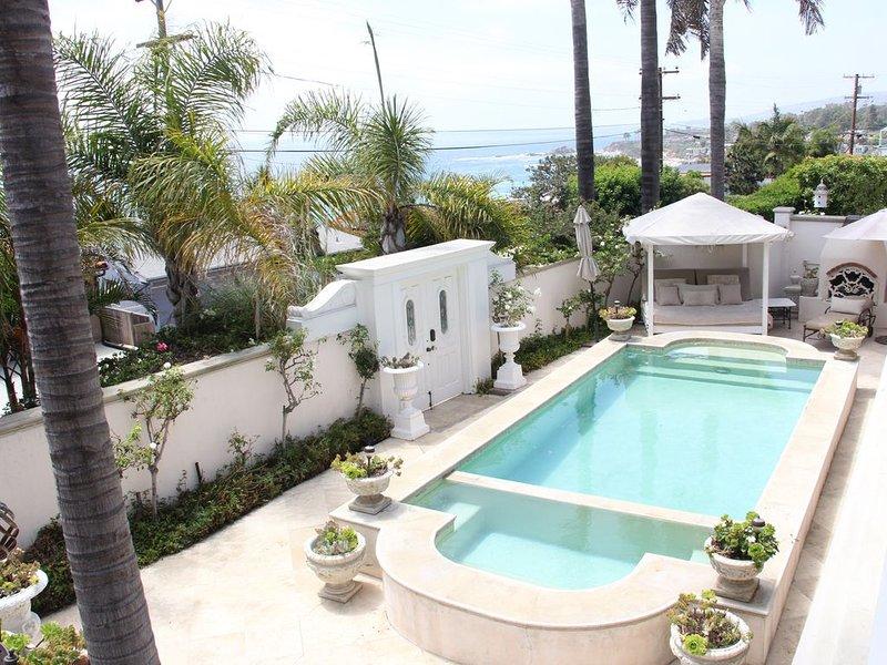 Chic Beach House on quiet street with pool & ocean views ...short walk to beach, location de vacances à Laguna Beach