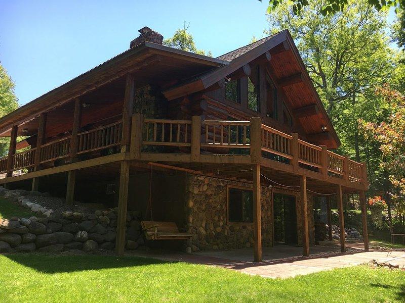 Beautiful Vacation Rental - Real Hand Scribed Log Home on Lovejoy Lake, casa vacanza a Hayward
