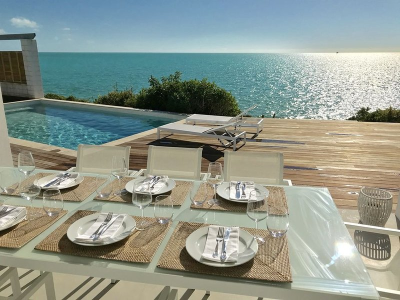 Oceanfront. Newly renovated 4 bed, private pool, water access. Holiday dream!, alquiler de vacaciones en Leeward