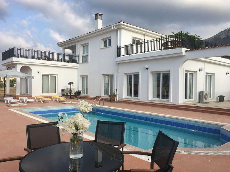 Luxury Villa with Beautiful Sea & Mountain View, location de vacances à Bellapais