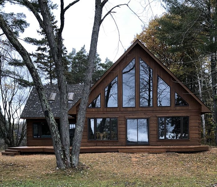 Pine Tree Point Log Home Lakefront Cottage, aluguéis de temporada em Gooderham