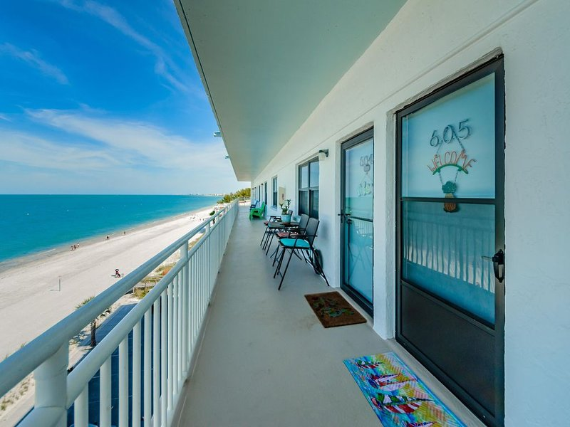 *PENTHOUSE 2 STORY CONDO* On PRIVATE beach! OPEN to enjoy the sun!, aluguéis de temporada em Treasure Island