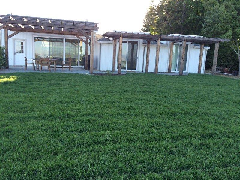 Stunning Views on 10 acres w/ Vineyard, 7 min to Sebastopol, holiday rental in Sebastopol