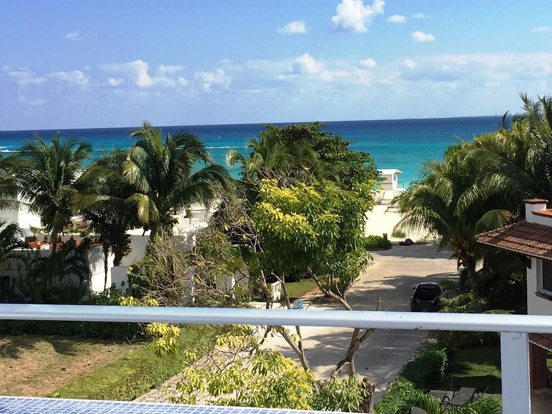 BEST Caribbean Sea VIEWS-75 steps to Beach- LUXURY Home-5 Min walk to 5th Ave, location de vacances à Playa del Carmen