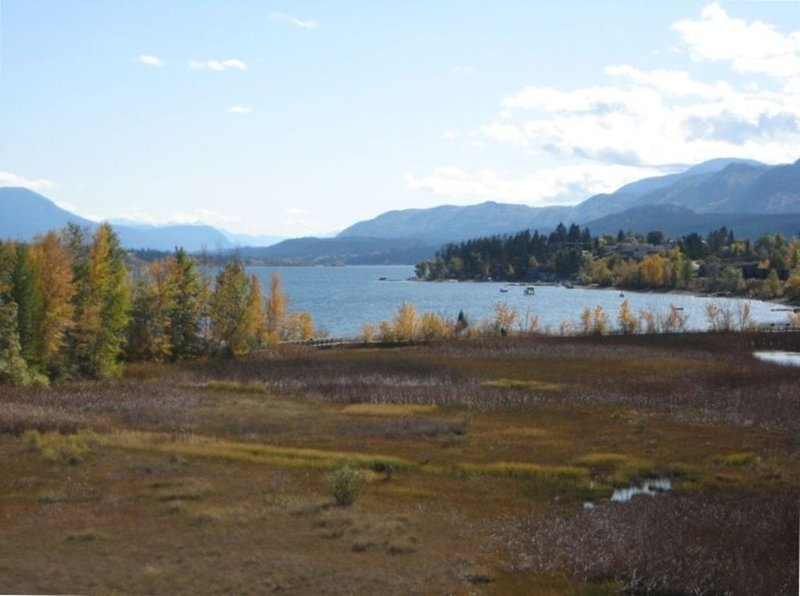 Lake Front Condo with Amazing View!! Lake, Pool, Hot Tubs, Beach & Park, casa vacanza a Invermere
