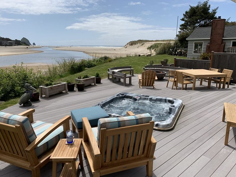 Amazing ocean & estuary views!  Relax on the deck (hot tub & fire-pit), aluguéis de temporada em Cannon Beach