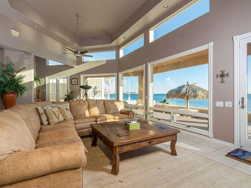 Luxurious BEACH FRONT HOUSE AMAZING VIEWS • Spacious & Elegant • Jacuzzi • Grill, casa vacanza a Puerto Penasco