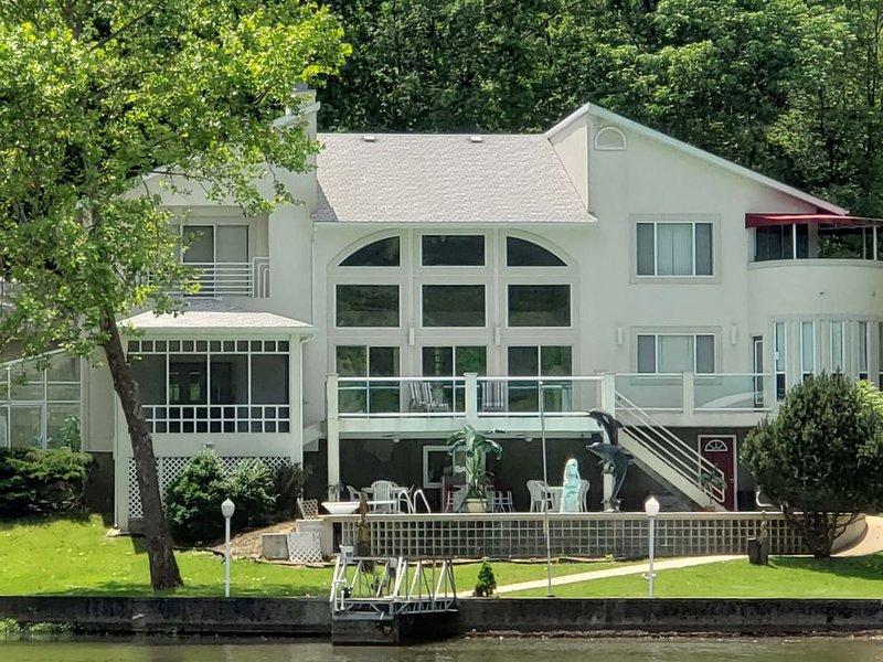 Quiet Cove, Private Pool, Gentle Lot, Hot Tub & Game Room!  Come Enjoy our Home!, alquiler de vacaciones en Lake Ozark
